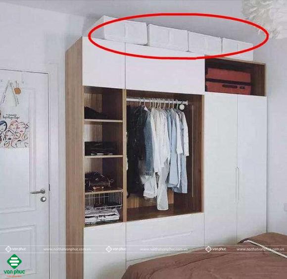 Tủ quần áo trống phía trên sẽ bất tiện khi lau chùi